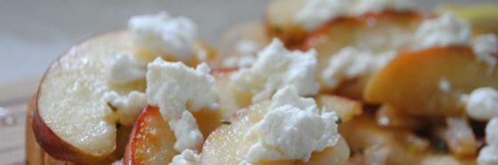 Montado de queso cabra, manzana y prosciutto