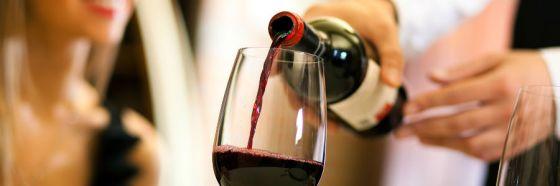 4 errores desesperantes al pedir vino en restaurantes