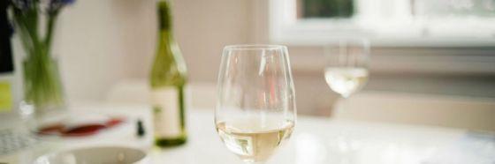 3 mitos sobre el vino blanco que debes desechar