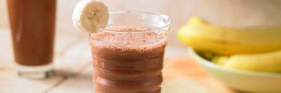 vaso de smoothie de cambur banana cacao cocoa chocolate