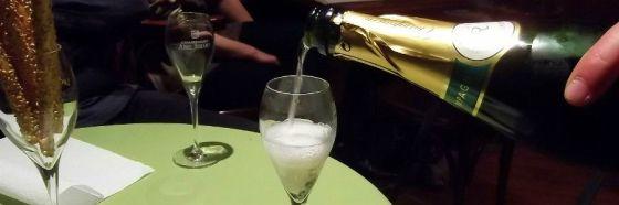 llenando copa champagne