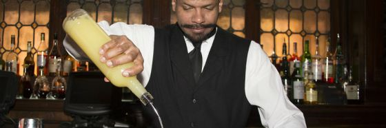 bartender siriviendo trago making drink